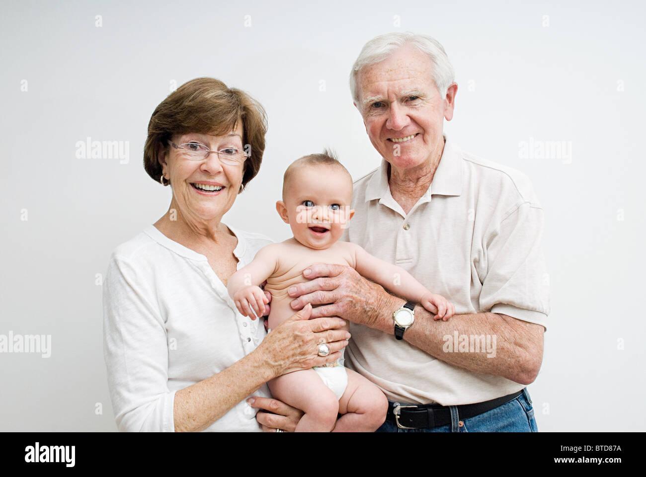 Großeltern mit Enkel baby Stockbild