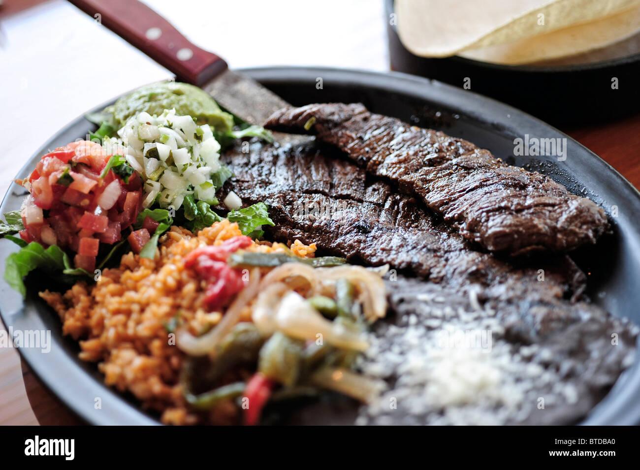Nahaufnahme der Carne Asada Taco Platte am Bear Tooth Grill Retaurant in Anchorage, Alaska Yunan Stockbild