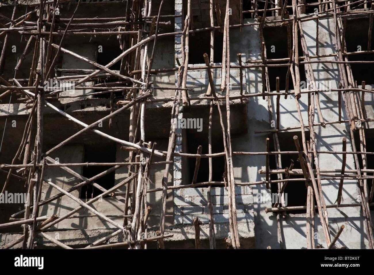 Bau und hölzerne Gerüste und Bildschirme in der Innenstadt von Awassa auf einem mehrstöckigen Gebäude Stockbild