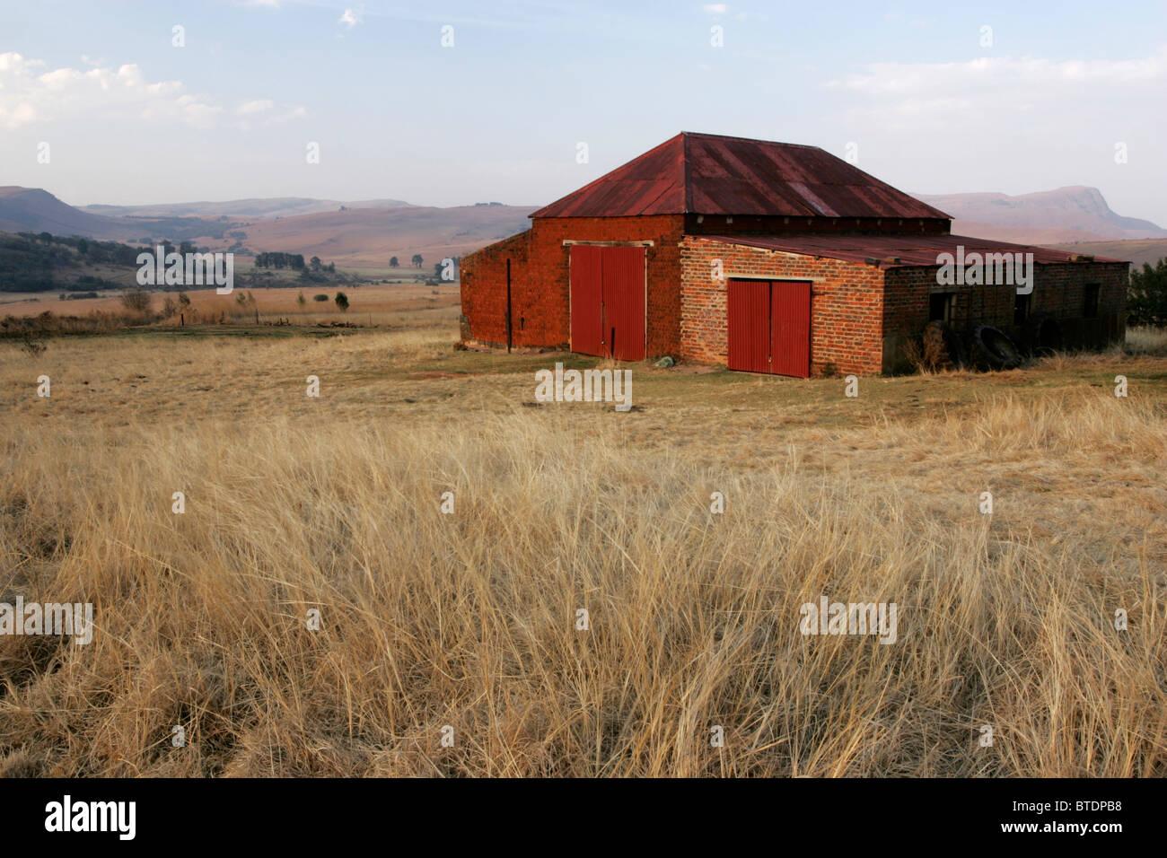 Ein Alter Bauernhof Schuppen mit einem gewellten Dach und großen ...