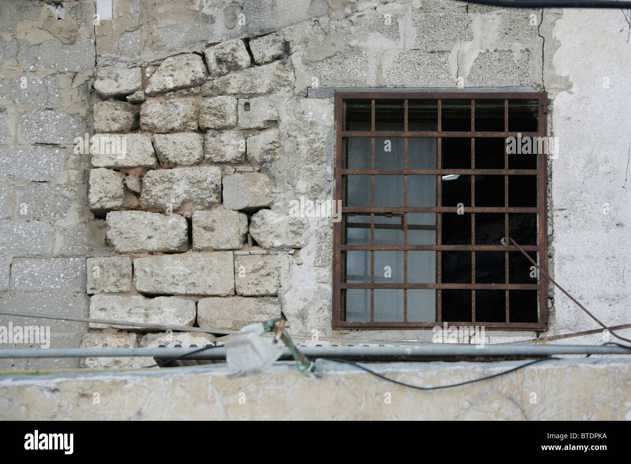 window metal bars in old stockfotos window metal bars in old bilder alamy. Black Bedroom Furniture Sets. Home Design Ideas