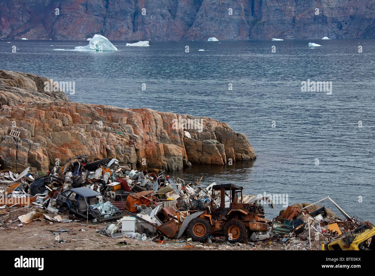 Müll auf Müllkippe und Eisberge im Fischerdorf Uummannaq, Grönland Stockbild