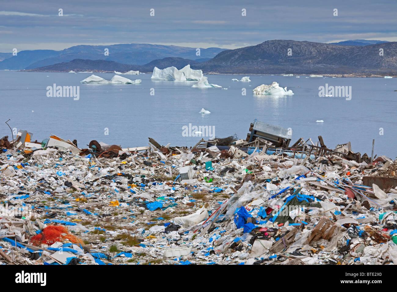Müll auf Müllkippe und Eisberge in Ilulissat / Jakobshavn, Disko-Bucht, Grönland Stockbild