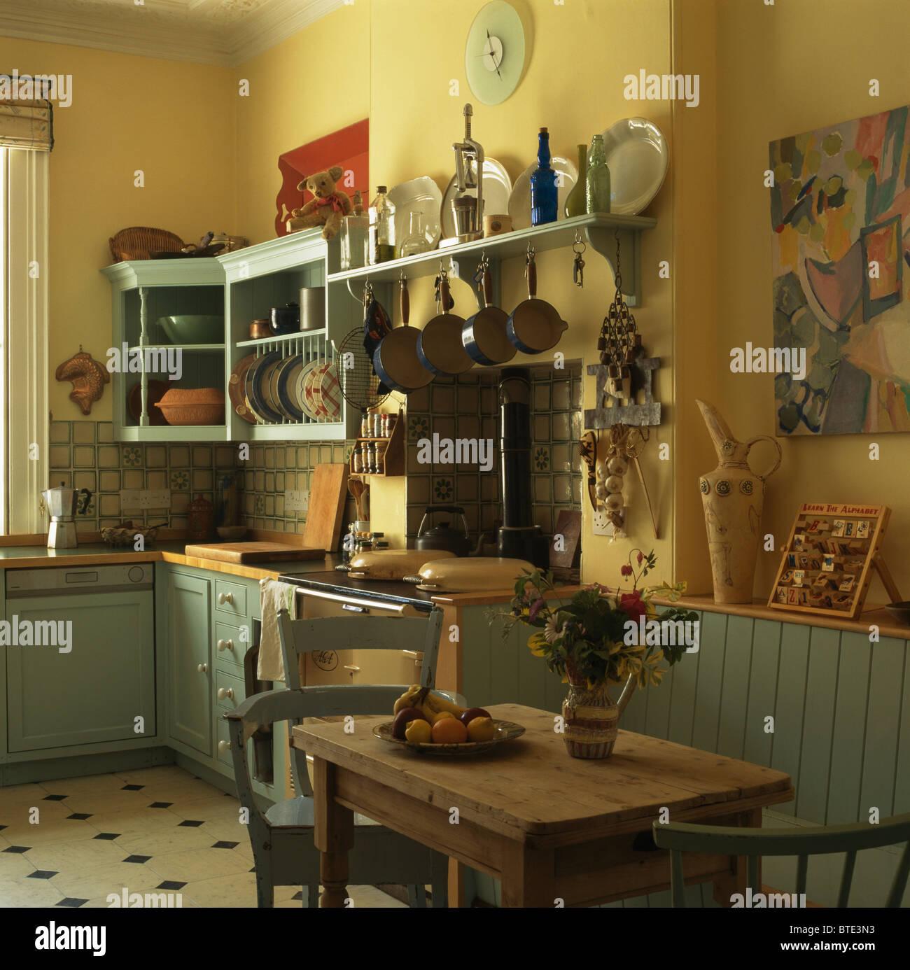 Alte Kiefern Tisch und Stühle im altmodischen gelbe Küche mit grünen ...