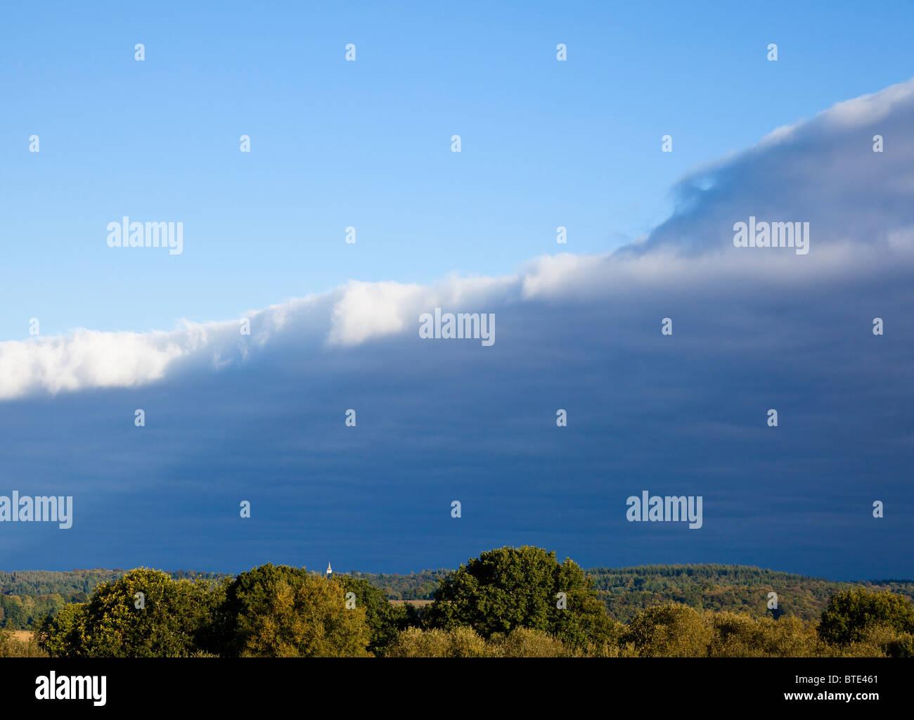 Kalten Wetterfront nähert sich mit stürmischen Himmel Stockbild