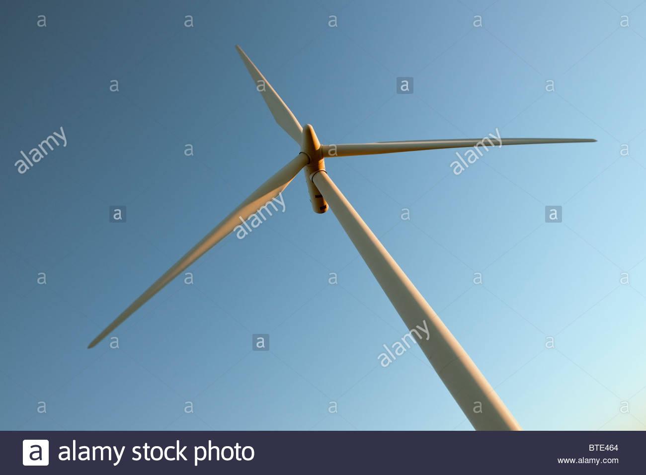 Windturbine gegen Himmel Stockbild