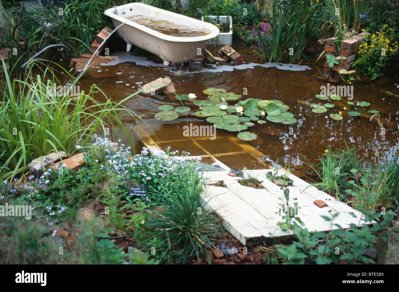 Alte Tür Und Roll Top Bad Im Trüben Teich In Vernachlässigten Garten