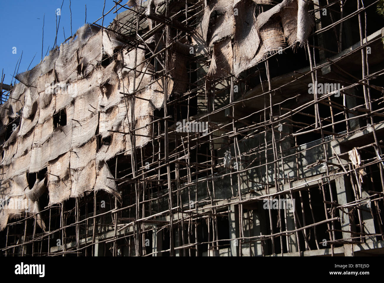 Baugerüsten und Bildschirme in der Innenstadt von Awassa auf einem mehrstöckigen Gebäude Stockbild