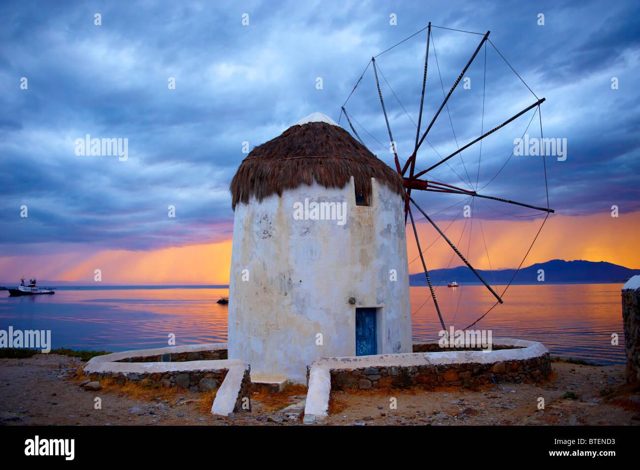 Sonnenuntergang über der traditionellen griechischen Windmühlen von Mykonos Chora. Kykladen, Griechenland Stockbild