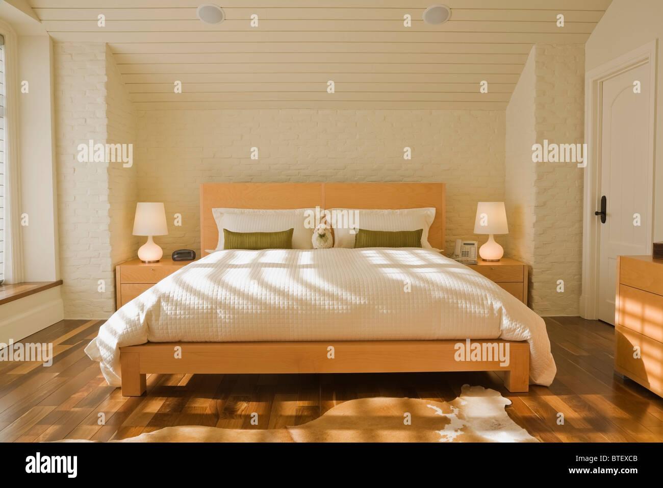 Hauptschlafzimmer mit Kingsize-Bett in luxuriösen Haus Stockbild