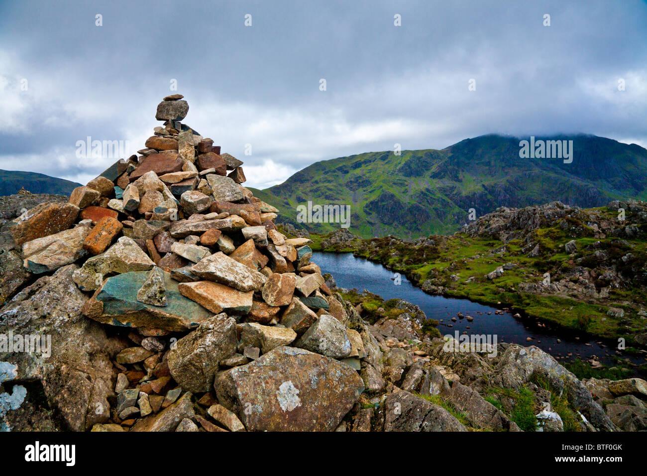 Der Gipfel Cairn auf Heuhaufen in der Seenplatte, Cumbria, England, UK Stockbild