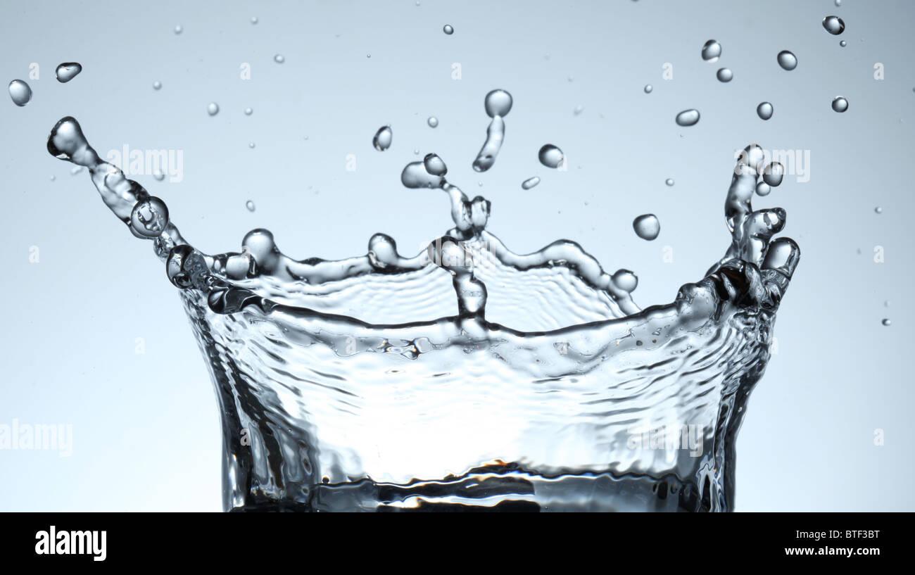Spritzwasser bildet eine Wasser-Krone. Stockbild