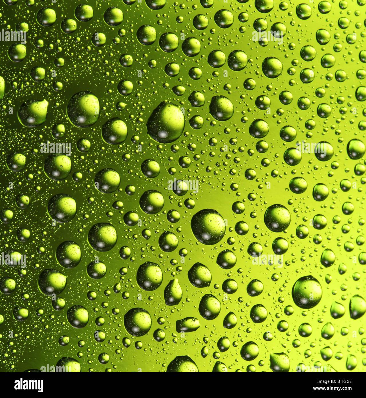 Textur des Wasser tropft auf die Flasche Bier. Stockbild