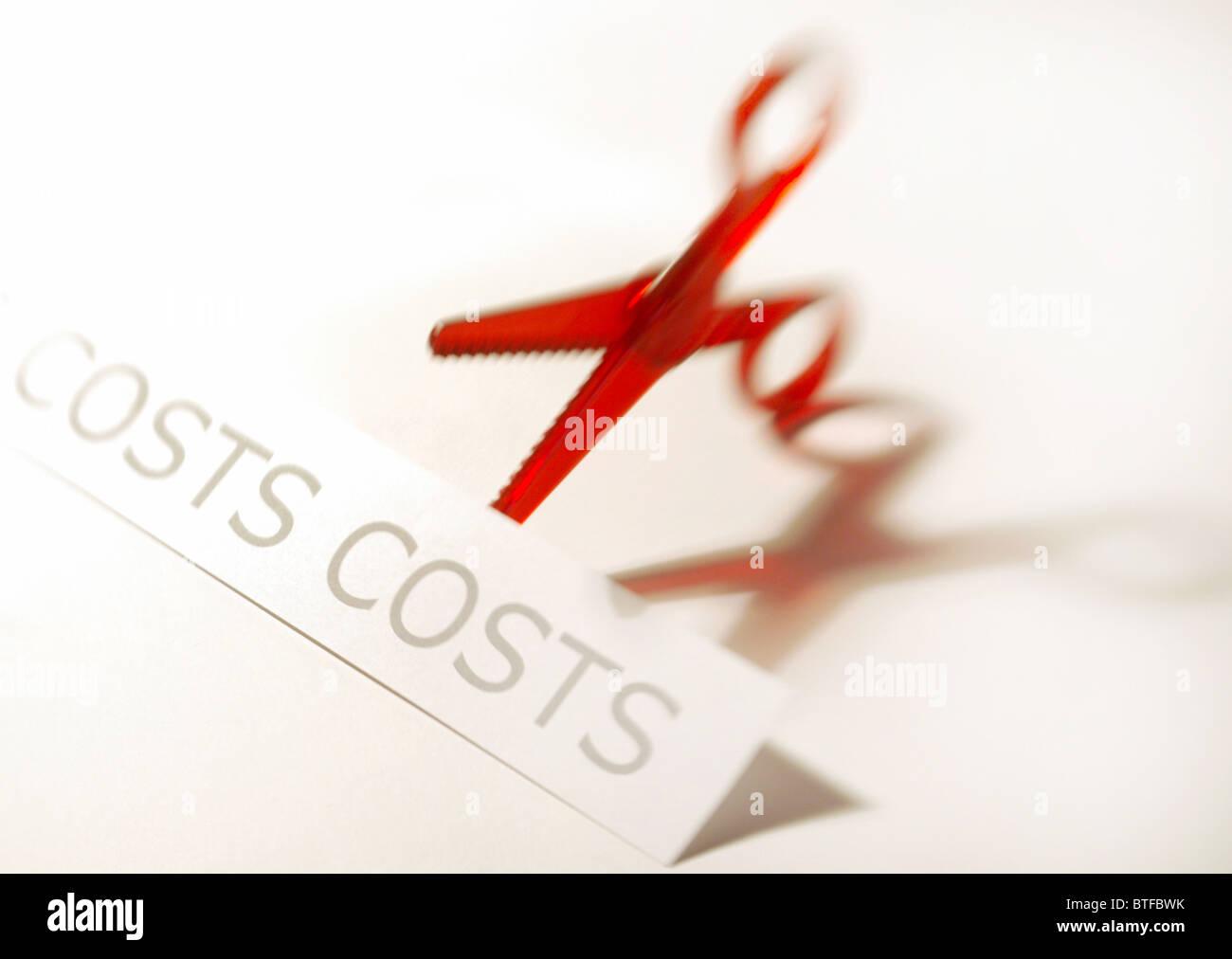 Austritt, schneiden kostet Konzept Darstellung rot Schere und kostet Grafik. Stockbild