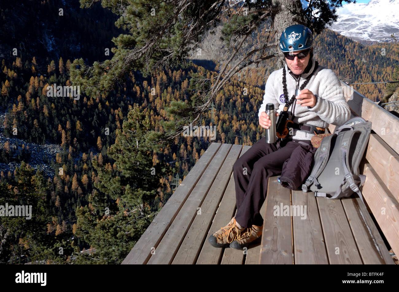 Klettersteig La Resgia : Bergsteiger sitzen auf einer bank halber höhe la resgia ein