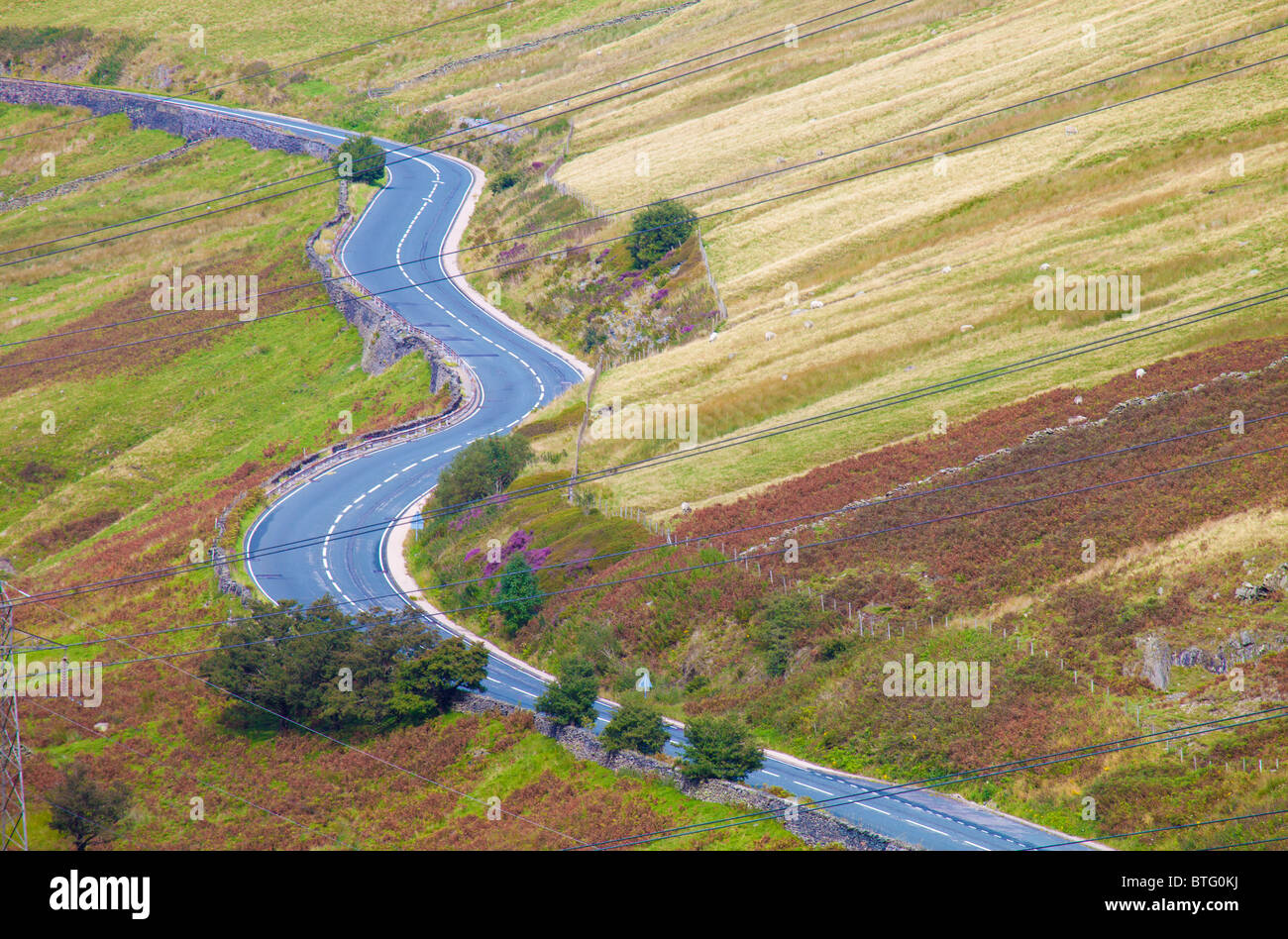 Kurvenreiche Straße laufen durch die Landschaft in Cumbria, England Stockbild