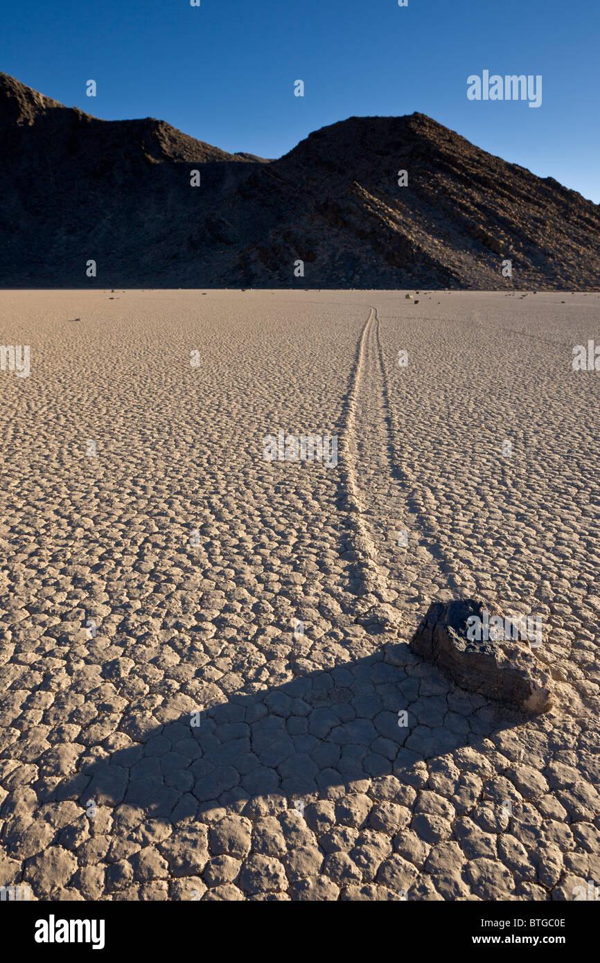 Segeln-Steinen oder gleitenden Felsen bewegen sich auf mysteriöse Weise über The Racetrack Playa in Death Stockbild