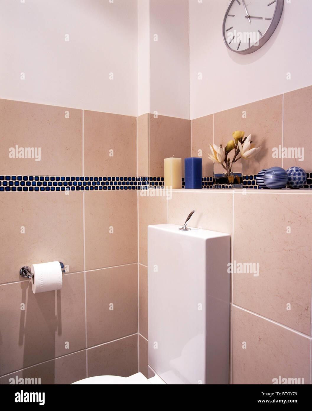 Ecke des modernen Beige-weiß gefliestes Badezimmer Stockfoto ...