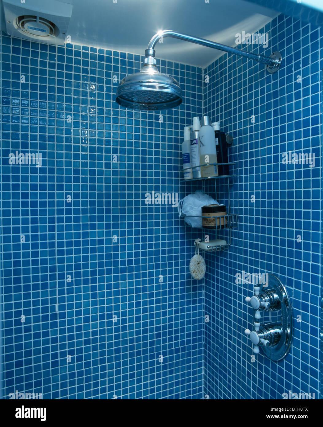 Nahaufnahme von Chrom-Duschkopf im blauen Mosaik gefliest ...