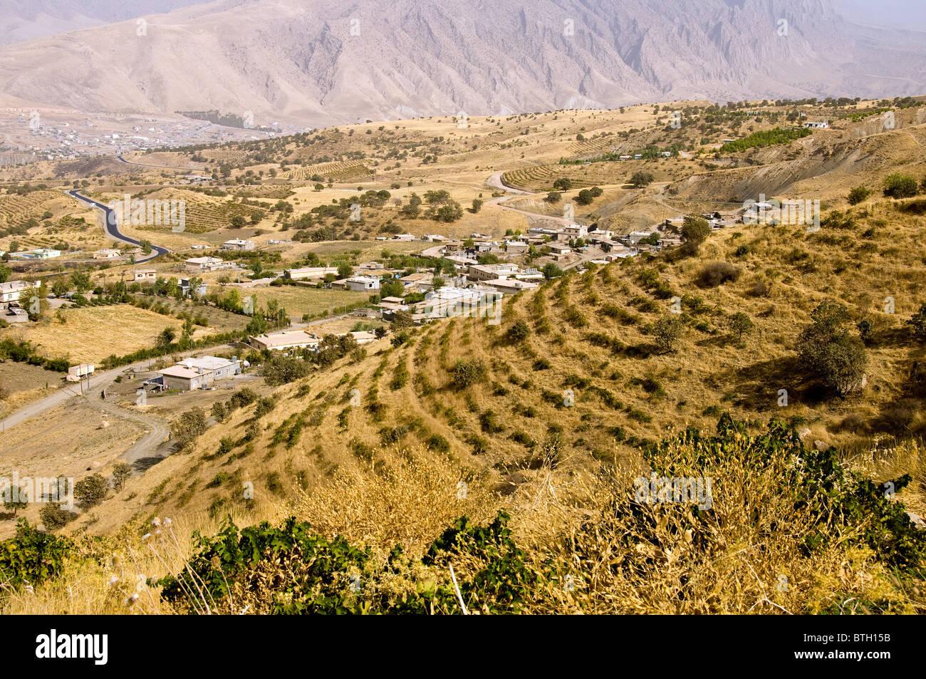 auf stra e zwischen erbil und sulaimaniyya in region kurdistan im nordirak landschaft stockfoto. Black Bedroom Furniture Sets. Home Design Ideas