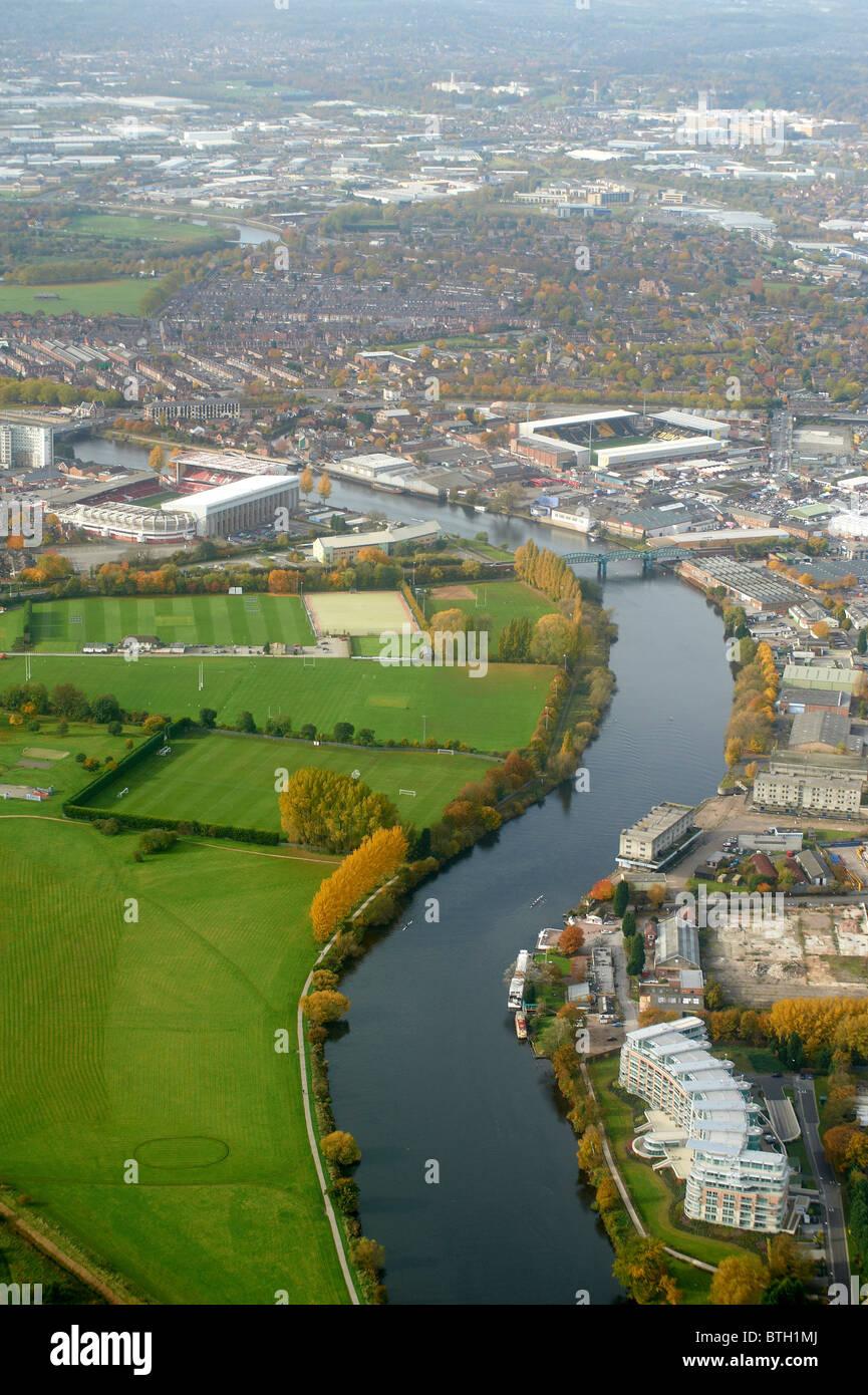 Suchen Sie entlang dem Fluss Trent in Nottingham, East Midlands, UK mit Notts Wald und Notts County Gelände jeder Stockfoto