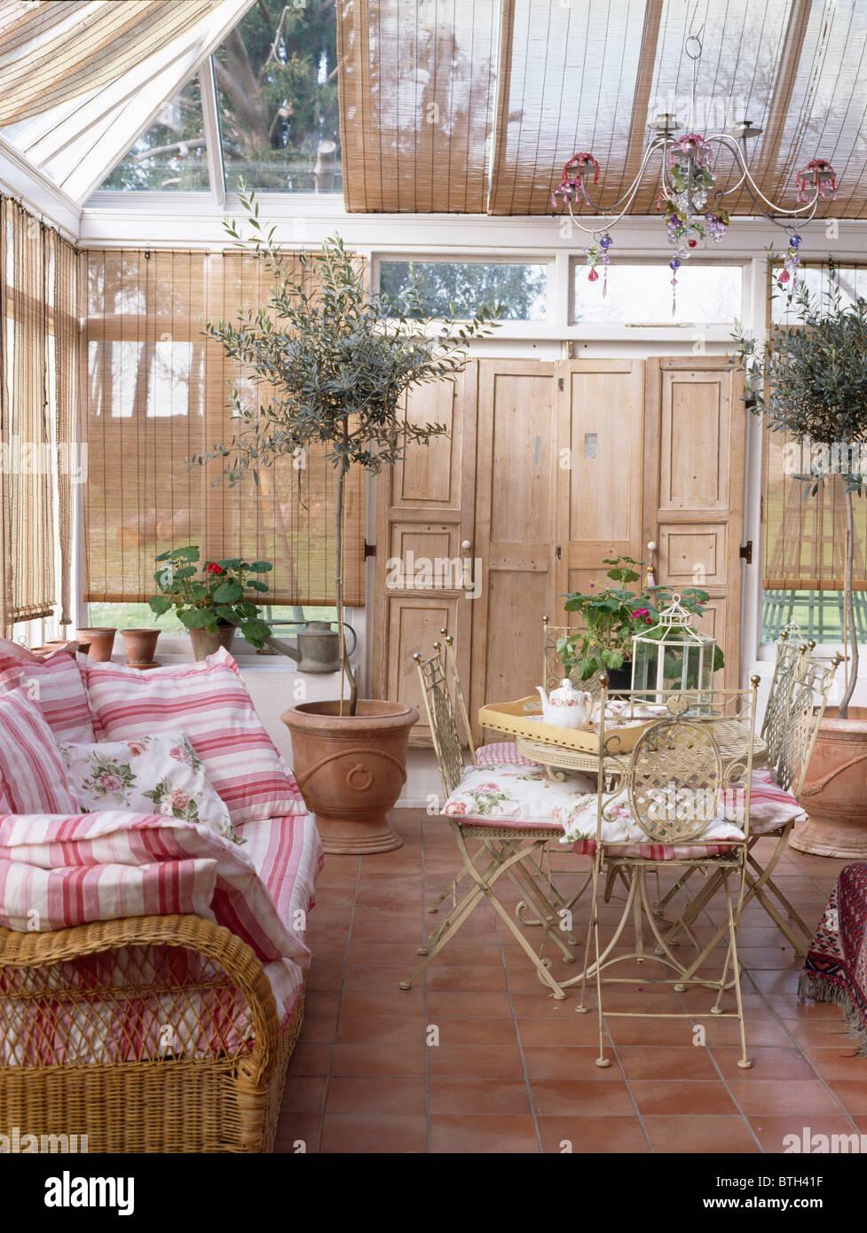 Rot Weiss Gestreiften Kissen Auf Wicker Sofa Im Wintergarten Mit