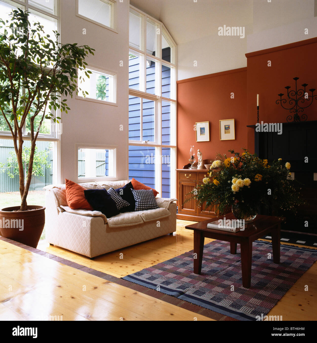 Weißes Sofa Und Baum In Topf In Großen Modernen Split Level Wohnzimmer Mit  Fensterfront Und Einem Terrakotta Wand