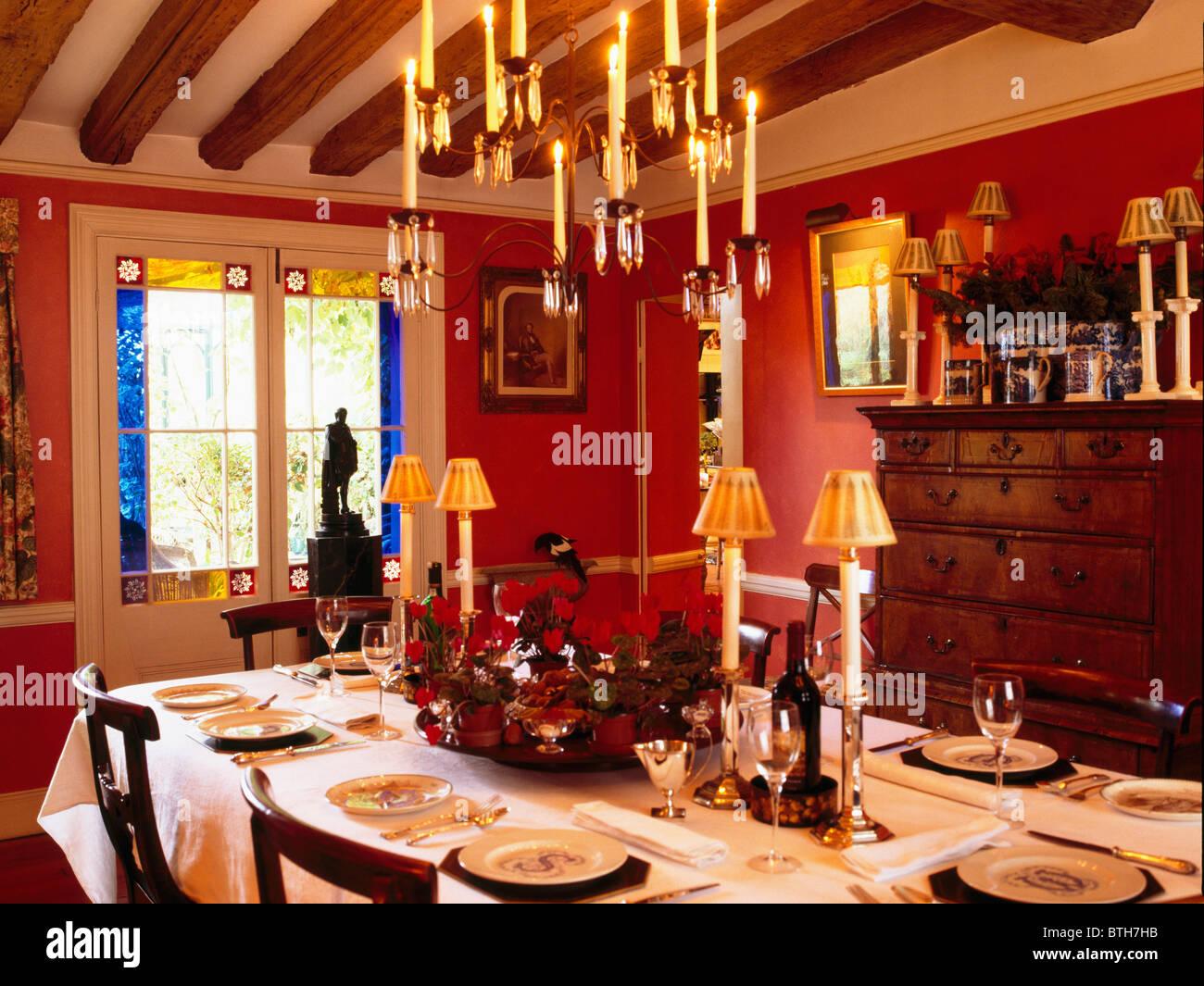 Kerzenlampen Für Kronleuchter ~ Kerzen kerze kronleuchter über dem tisch zum mittagessen mit