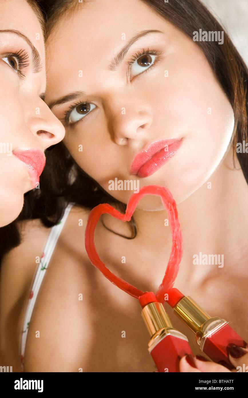 Frau Zeichnung Herz auf Spiegel Stockfoto