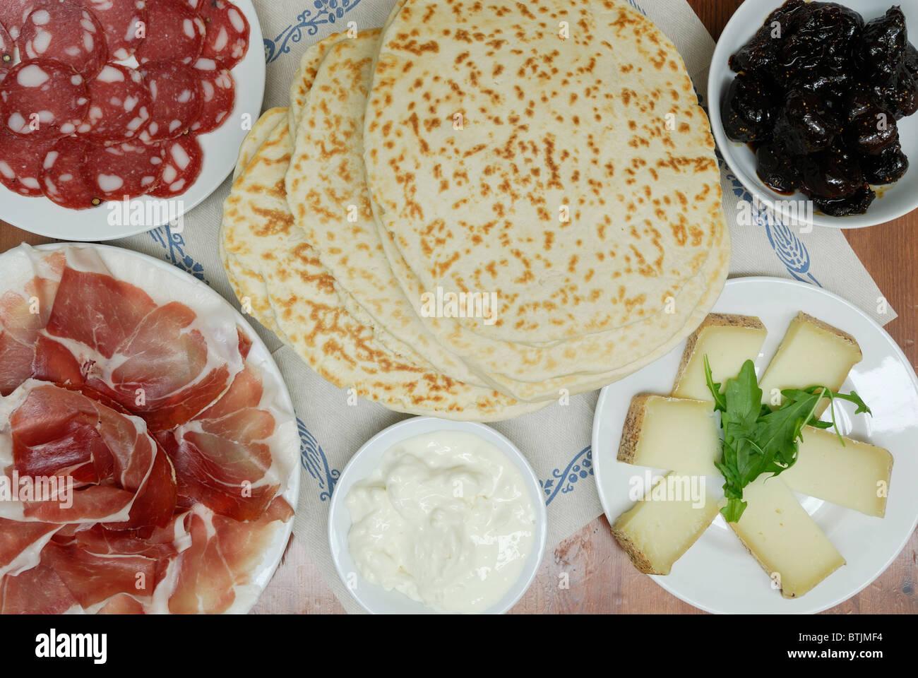 Ravenna. Italien. Piadine & eine Auswahl an regionalen Produkten (siehe Beschreibung) Stockbild