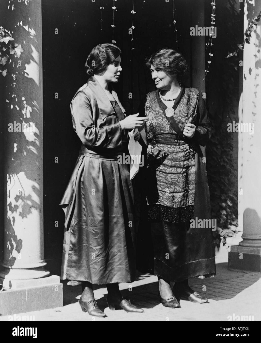 Alice Paul (1885-1977) und Emmeline Pethick-Lawrence (1867 – 1954) amerikanischen und britischen Aktivisten für das Frauenwahlrecht und Gleichberechtigung treffen in USA, ca. 1917. Stockfoto