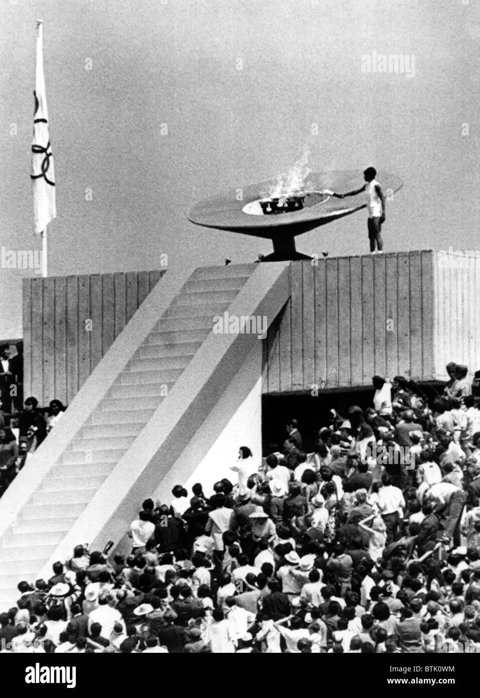 Die olympische Fackel leuchtet durch Mexikanische hürdenspringer Enriqueta Basilio während der Eröffnungsfeier Stockbild