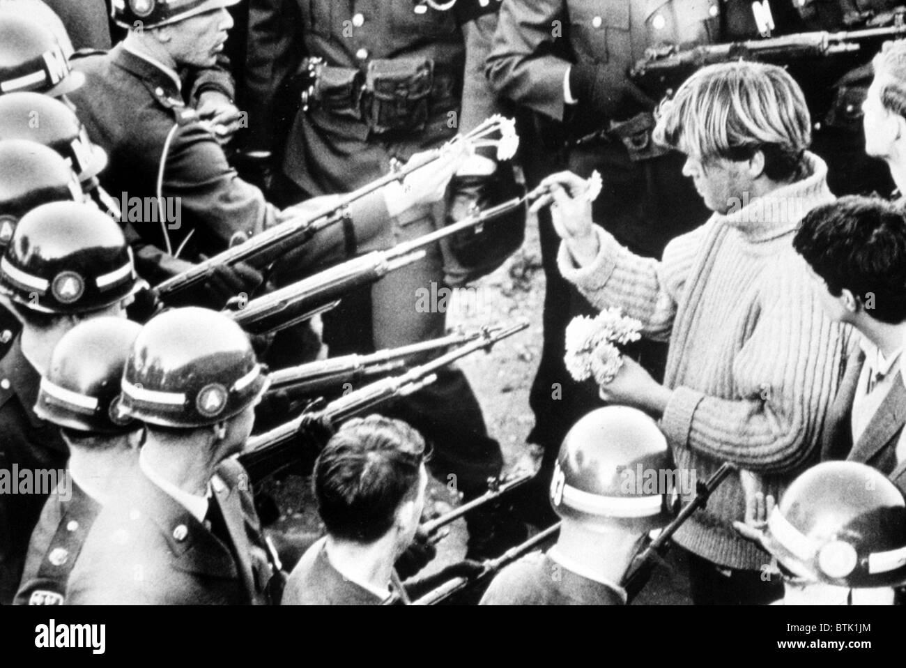 vietnam-krieg-demonstrant-legt-blumen-in-die-fasser-von-soldaten-gewehre-1967-btk1jm.jpg