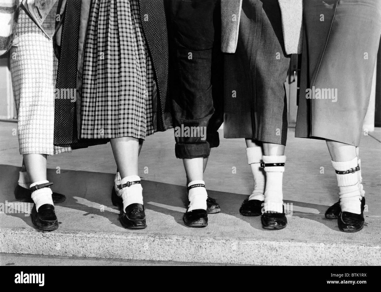 Bobby Socken, Knöchel hoch, oft dick oder dekoriert, wurden in den 1940er und 1950er Jahren beliebt bei jungen Stockbild