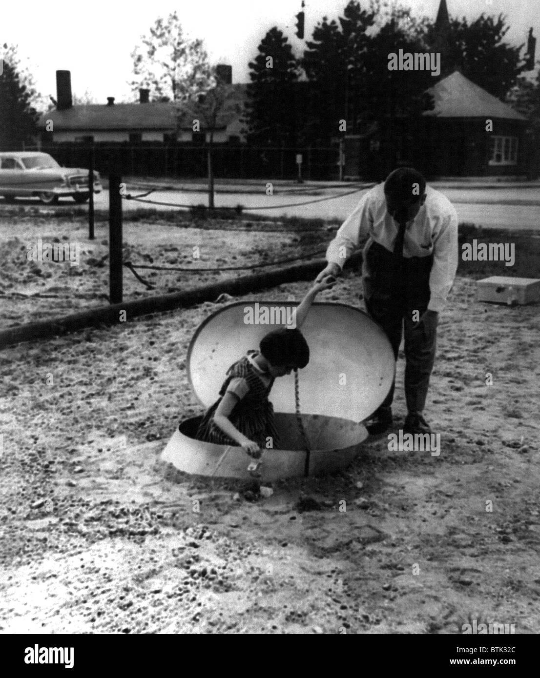 Eingang zu einem unterirdischen radioaktiven Atomschutzbunker, auf Long Island, New York 1955. Stockbild