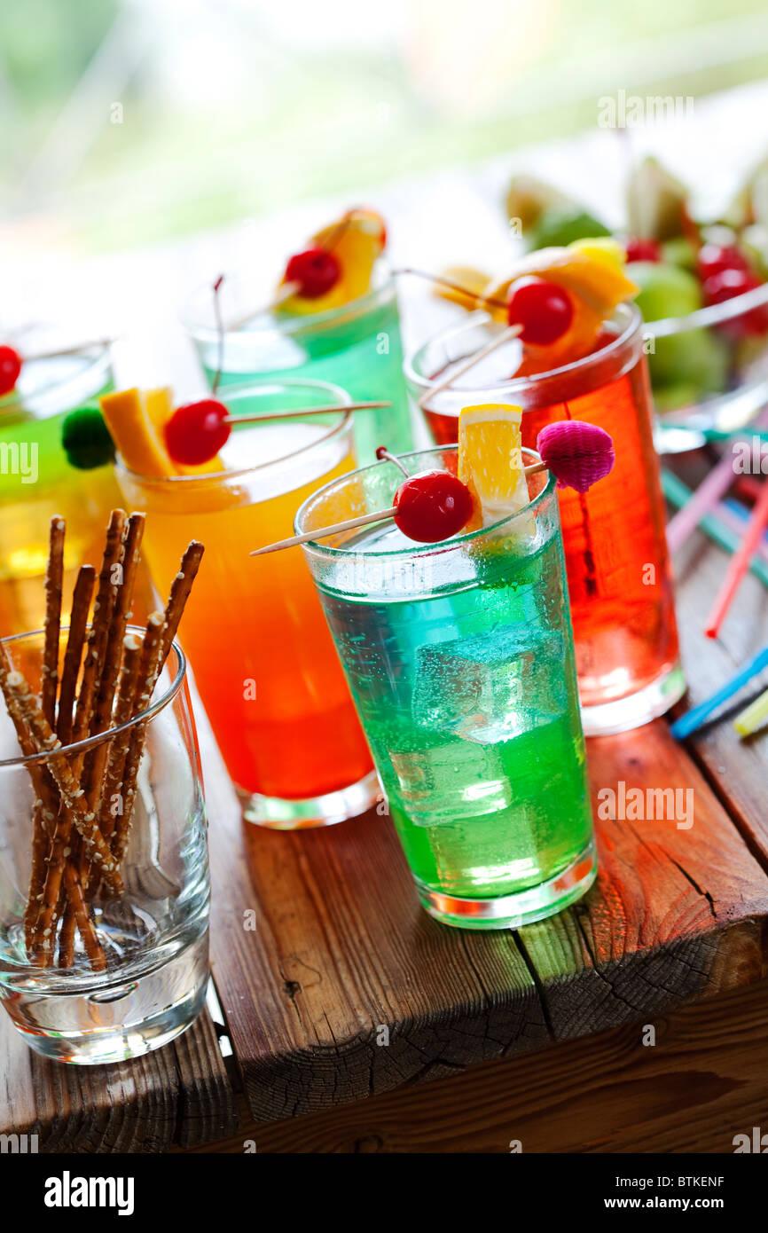 bunte Sommer-Cocktails im Freien serviert Stockbild