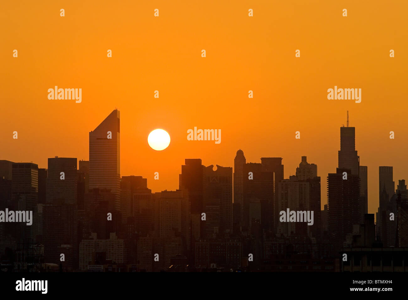 Skyline von Midtown Manhattan mit dem Citicorp-Center, bei Sonnenuntergang, New York City. Stockbild