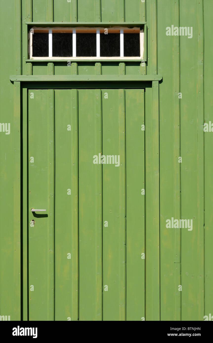 Eingang Mit Grün Gestrichener Brettertür Und Oberlicht. -Eingang mit ...