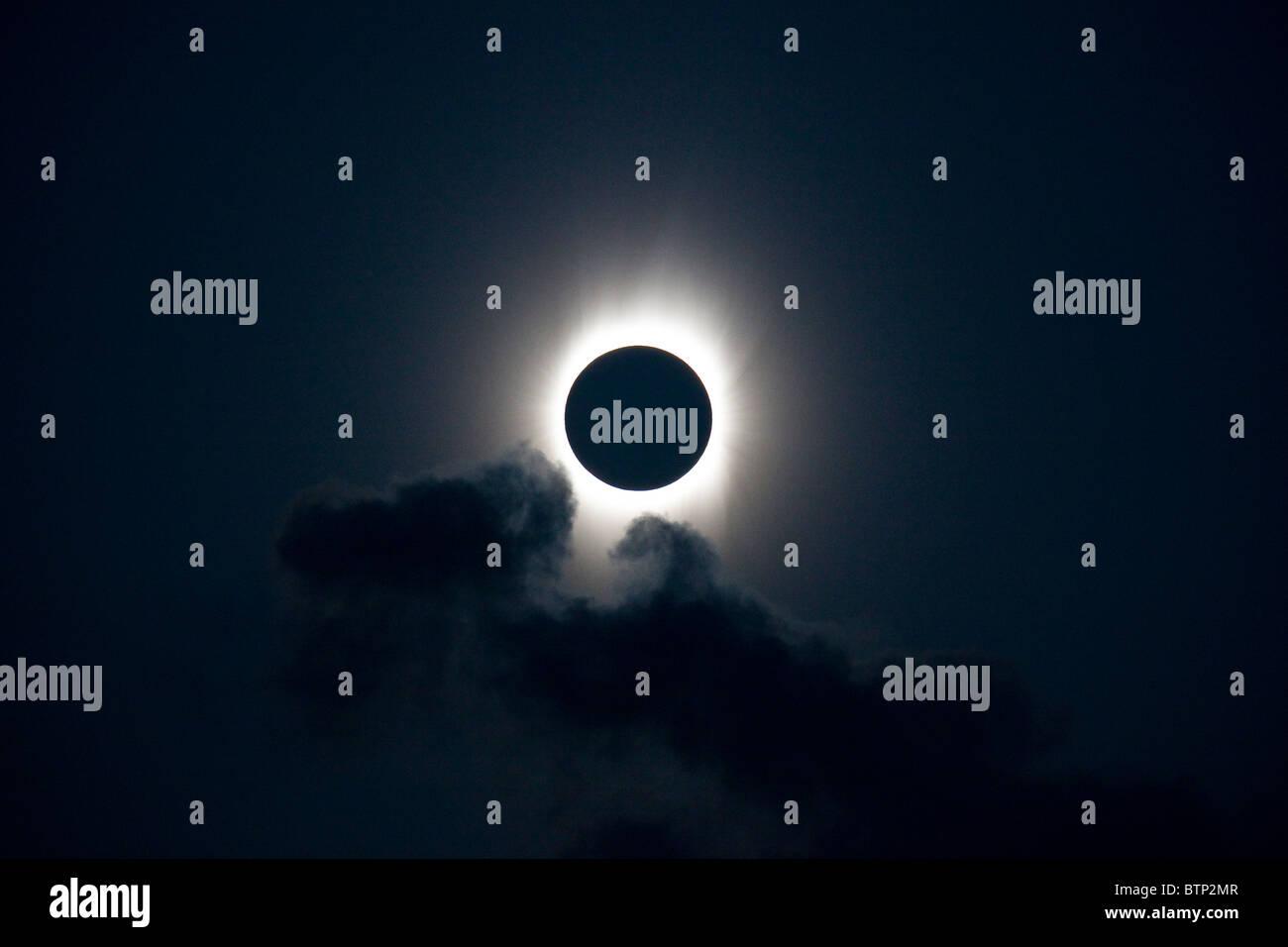 Der Mond Finsternisse komplett die Sonne gesehen aus dem Südpazifik in 2009. Stockbild