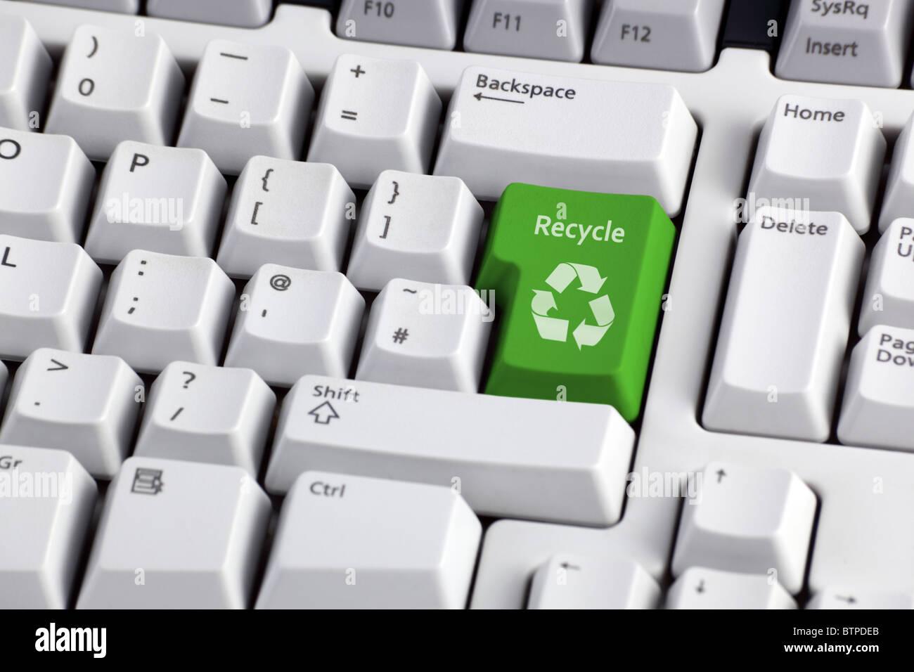 Recycling-Zeichen auf der Tastatur Stockbild