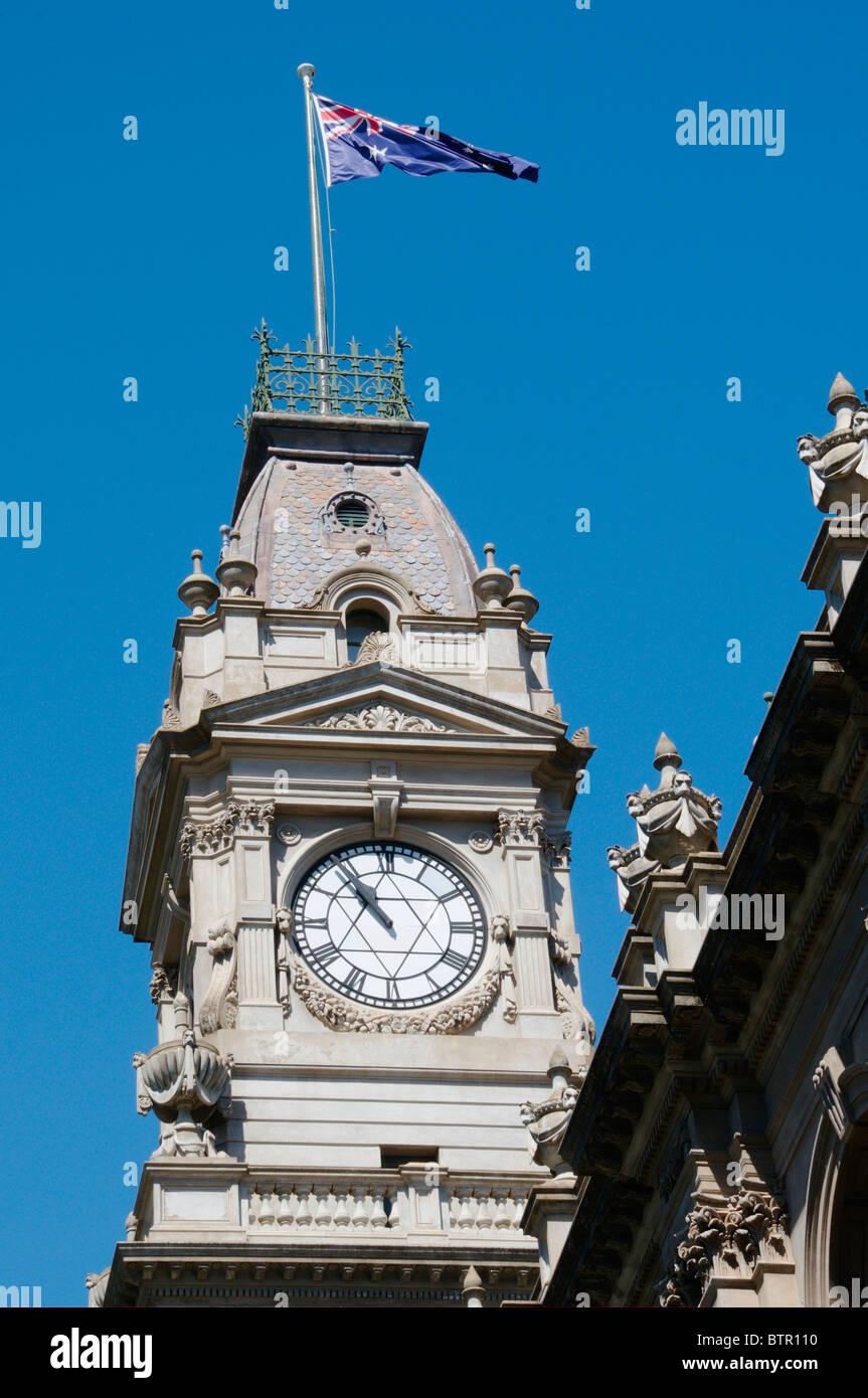 Australien, Central Victoria, Bendigo, Flagge und Uhrturm am Postamt Stockbild