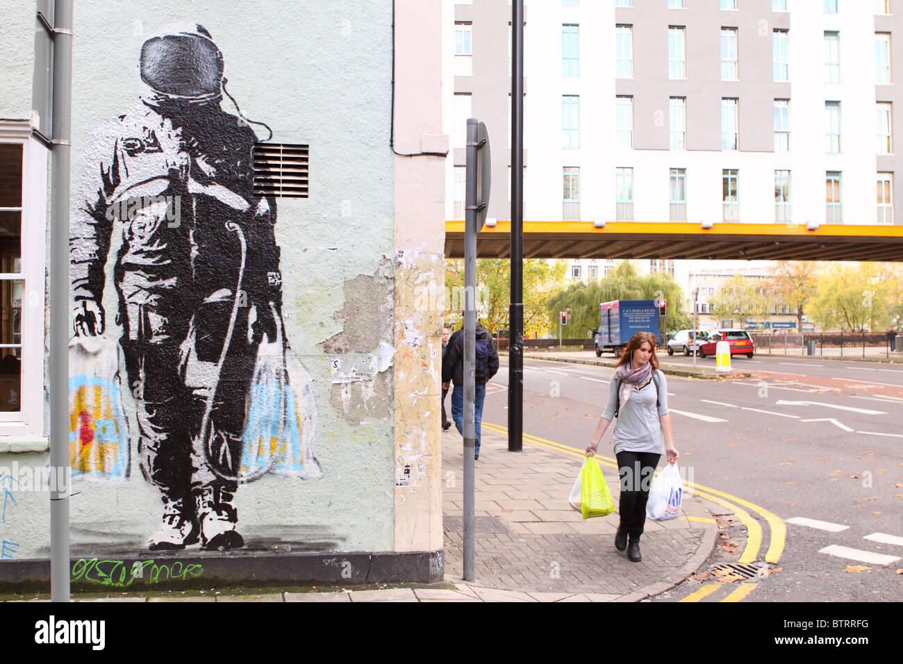 SPQR urbane Streetart Graffiti Spaceman mit Supermarkt Einkaufstüten Künstlers SPQR im Bereich Stokes Stockbild