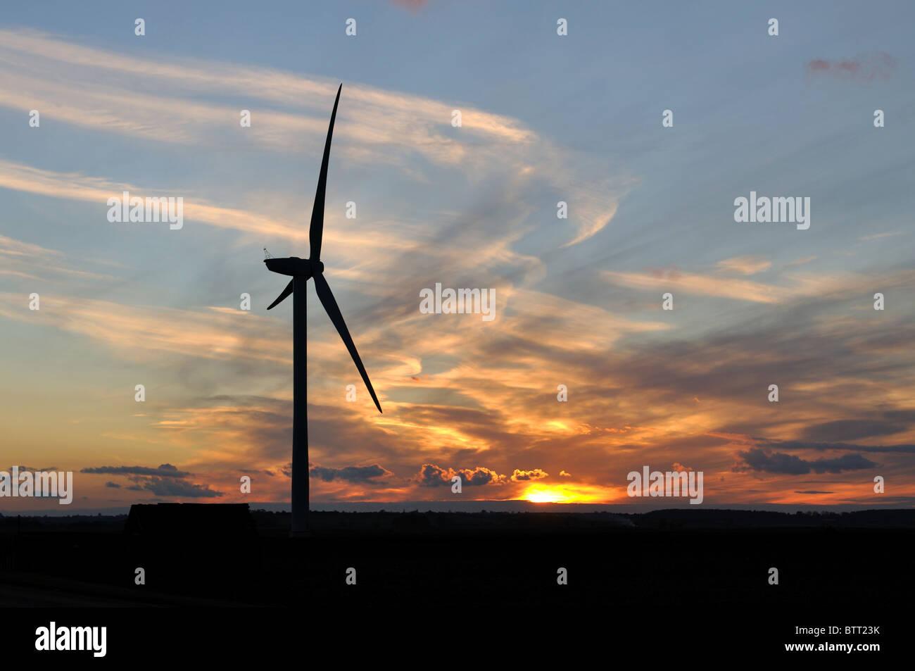 Windturbine auf das Venn bei Sonnenuntergang, Cambridgeshire, England, UK Stockbild