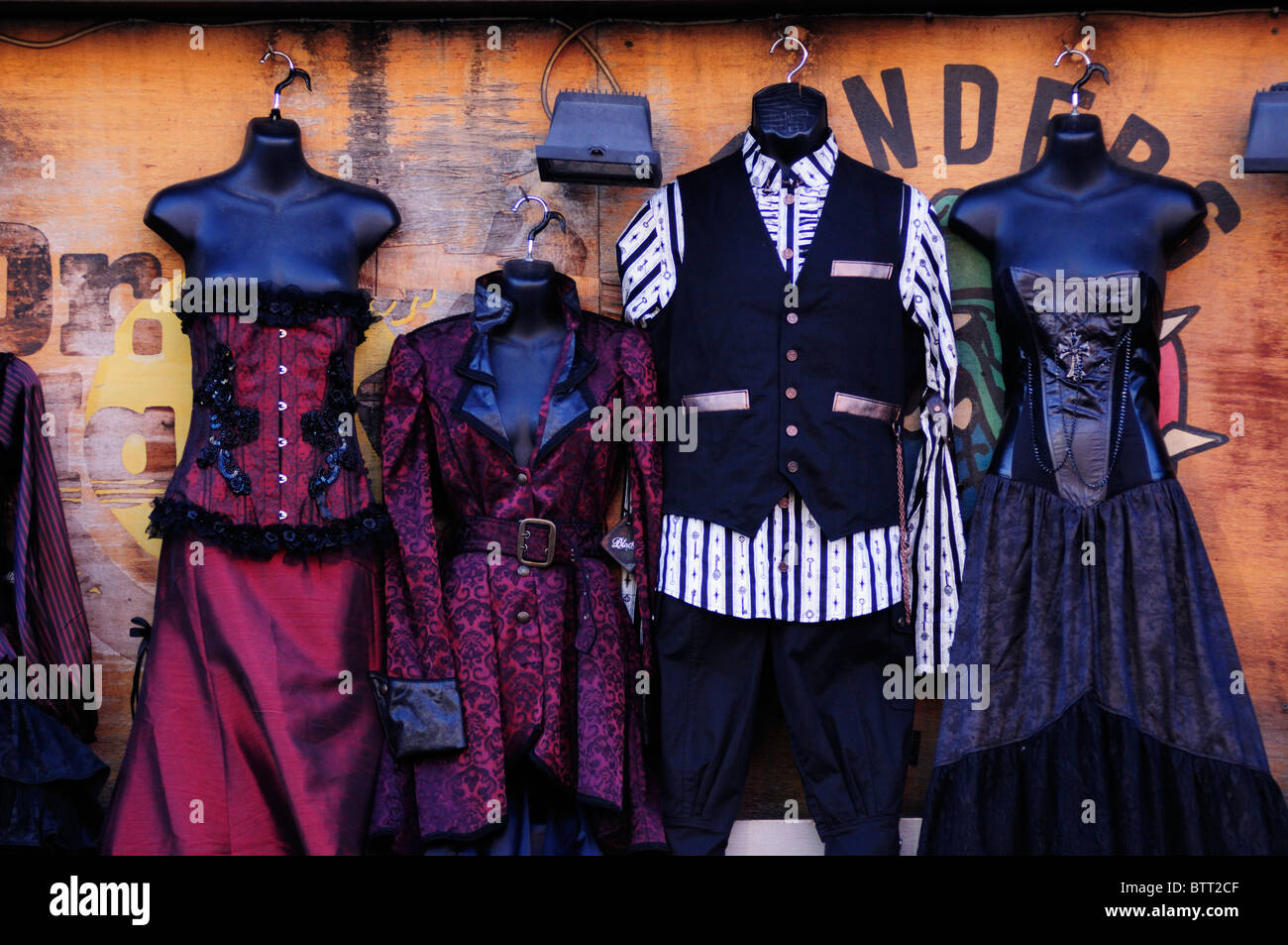 Alternative Anzeige der Retro-Kleidung Shop, Camden High Street, Camden Town, London, England, UK Stockbild