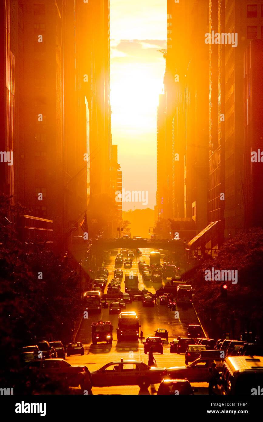 Blick auf den Sonnenuntergang von 42nd Street im Sommer, New York City. Stockbild