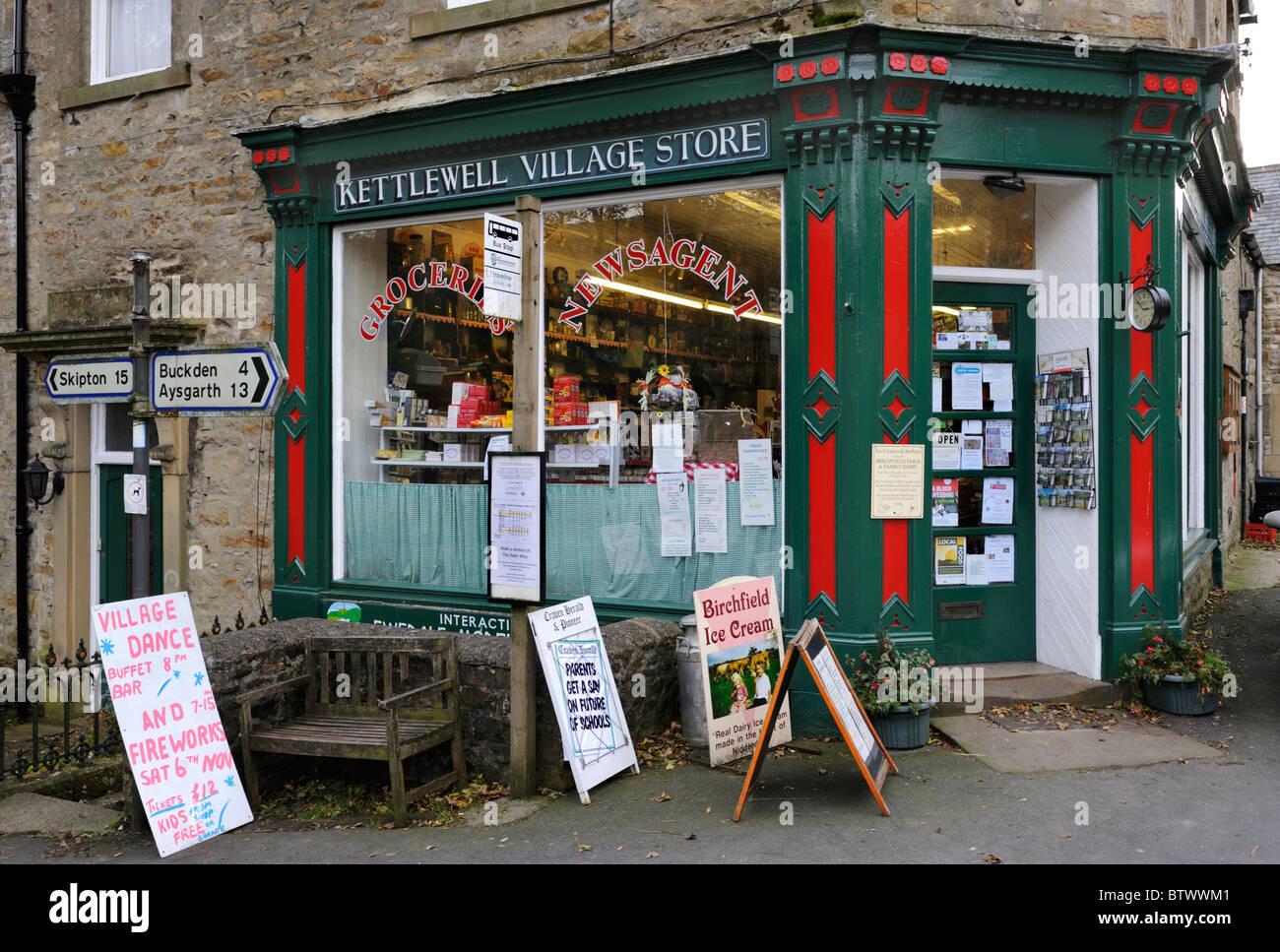 Der Dorfladen in dem Dorf Kettlewell, Wharfedale, Yorkshire Dales National Park, England. Stockbild