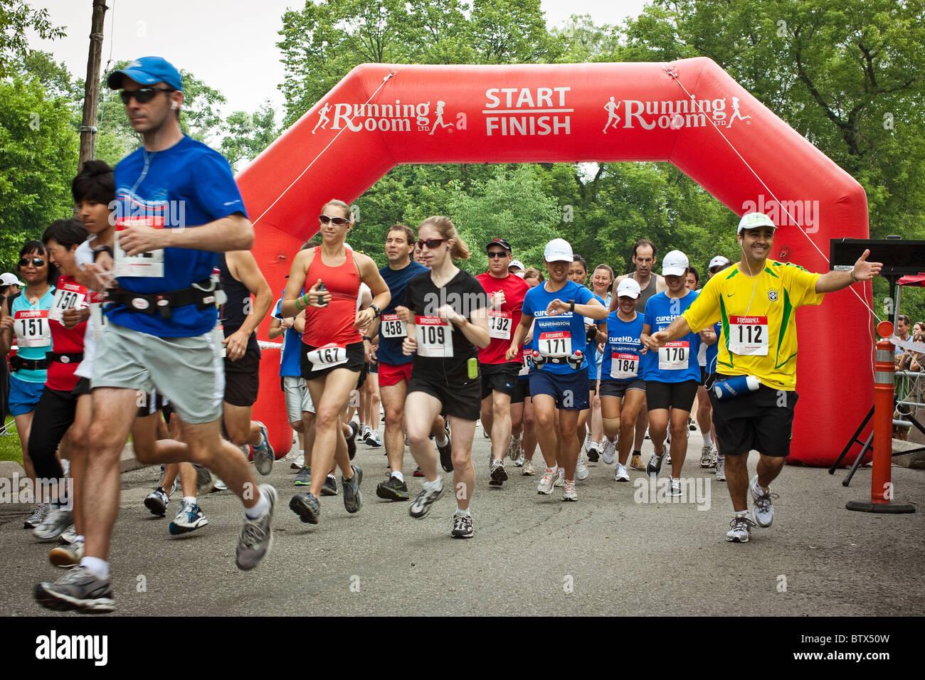 Menschen zu Beginn eines Rennens Charity-Lauf zugunsten der Huntington-Krankheit-Gesellschaft, Toronto Stockbild