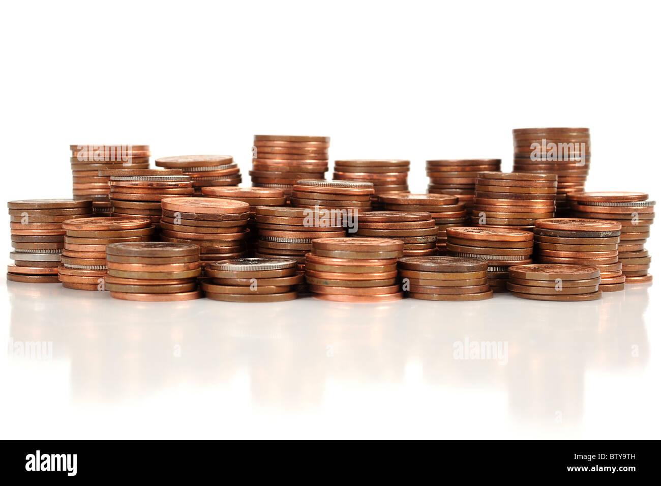 Haufen von Münzen auf weißem Hintergrund platziert Stockbild