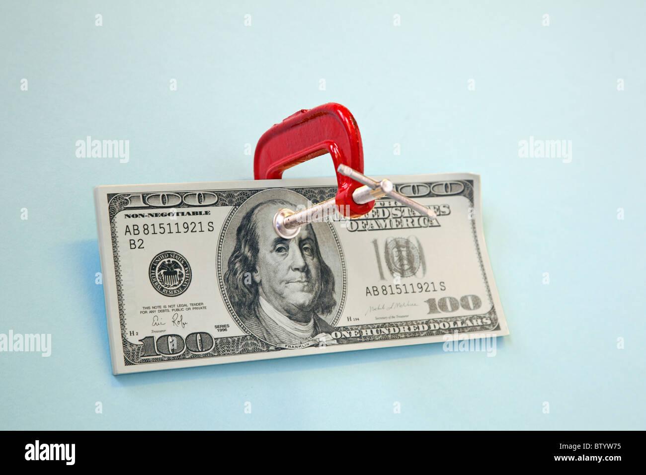 100-Dollar-Schein mit Klemme drauf Stockbild