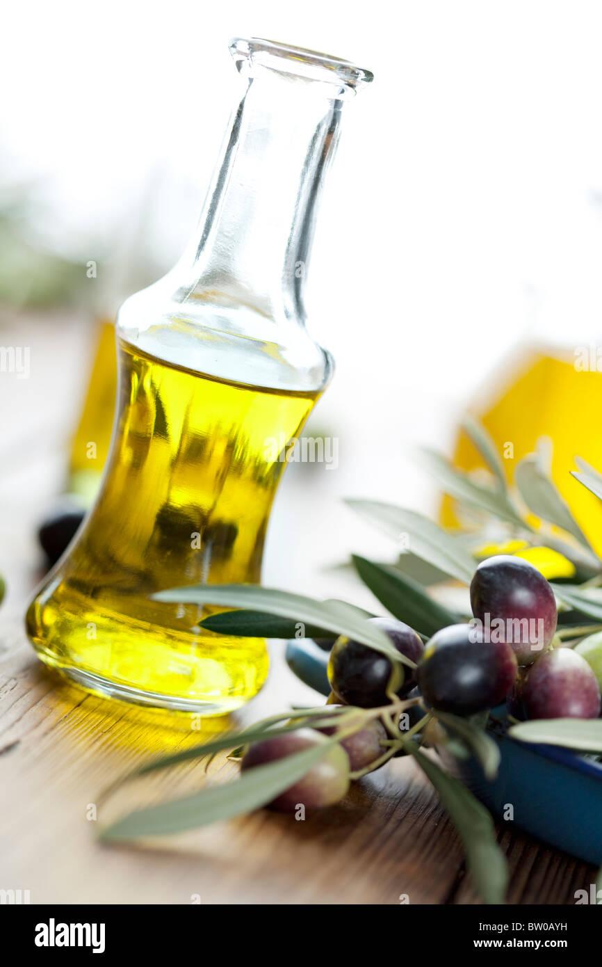 Olive oil stockfotos olive oil bilder alamy for Holztisch mit marmorplatte
